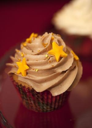 Blinka lilla stjärna. Utstansade stjärnor i sockermassa varvade med pyttesmå guldstjärnor gör denna pepparkaksdumleflufftoppade godsak.