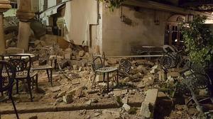 Ett kafé drabbad av jordbävningen.