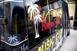 Ägaren planerar att erbjuda skjuts till och från nattklubben i arrangörens egna bussmini.