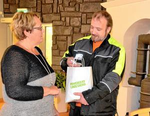 Ideellt jobb. Kommunalråd Irja Gustavsson bidrog med reflexer som Daniel Guldstrand samlade in i höstas.