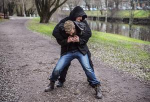 Livtag över armarna är ett vanligt angrepp ute på gatan men något man sällan ser eller tränar på i sportsammanhang.