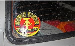 Bilen är prydd med östtyska vapnet.