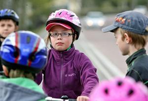 – Dumt om föräldrarna måste skjutsa. Det är mycket bättre för miljön om vi får åka buss, säger Hanna Dahlrud.