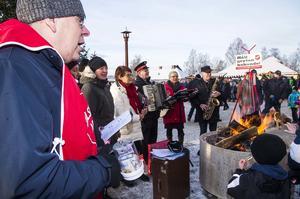 Frälsningsarmén höll grytan kokande med sånger som Pärleporten och Ovan där.
