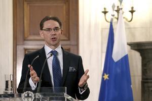 Minus ett parti. Stats- minister Jyrki Katainen (motsvarande M) har förlorat ett av sex partier i sin breda finska regering. Foto: AP /TT)