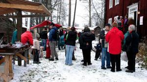 Välbesökt julmarknad på hembygdsgården i Fränsta. Snön föll och täckte marken med ett fint ljust lager som höjde julstämningen lite extra.