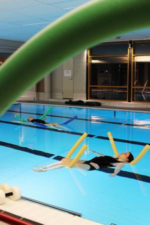 Passet avslutas med avslappning där deltagarna får flyta i bassängen.