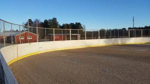 Det var hockey bockey-gängen Krogen Oilers som tog initiativet till rinken, som finansierats med hjälp av sponsorer.