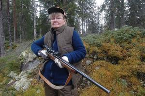 Lena Westling är enda kvinna vid älgjakten i Telningsboskogen.