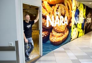 2013 öppnade Daniel Sandström Waynes Coffee i In-gallerian.