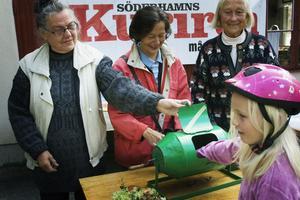 Inger Rehn, SIv Åström och Margareta Ågren från Husmodersföreningen lyckades sälja alla femhundra lotter. Rebecka Carlsson köpte 20, innan det blev vinst.