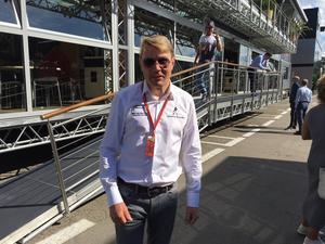 Dubble F1-världsmästaren Mika Häkkinen i depån i Barcelona.