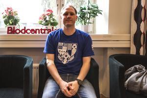 Emil Stålenhag ger blod för första gången, han kommer komma tillbaka. Om man vill fortsätta ge blod blir man kallad var femte månad.