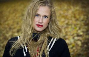 Sara Alström har bytt fokus. I stället för att stå framför kameran arbetar hon numer bakom den. Men avslöjar att hon nyligen fått skådespelarjobb i en kollektivgrupp.