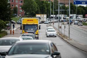 Brohaveriet på motorvägen gör att många bilar söker sig in i Södertälje, via Birkakorset.