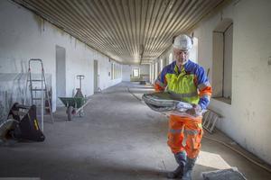 Arbetsledaren P-O Norman arbetar i en lokal som ska renoveras och senare fungera som ateljéer.