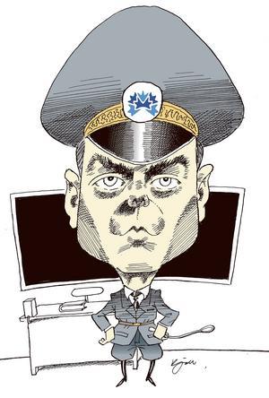 Jan Björklund. Ordning och reda i skolan ville Jan Björklund ha. Hans tidigare karriär inom det militära inspirerade mig till denna teckning. Jan blev sur och hotade med polisanmälan då han tyckte att jag avbildat honom som nazist. Jag hade inte en tanke på det utan tittade på hur militärer avbildades i serietidningen 91:an Karlsson.