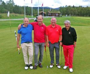 Fr. v. Fredrik Söderhielm och Johan Borgensköld, Team Härjedalen. Helge Sannes och Finn Petter Holm, Trøndelag. Efter en hård bästbollmatchsom till sist blev oavgjord