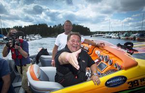 Glada Leif-Ivan Karlsson välkomnas av en stor åskådarmassa i Stabergs båthamn under lördagseftermiddagen. TV 3 förevigade arrangemanget med de häftiga värstingbåtarna.