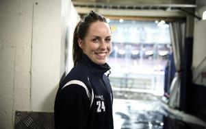 Lina Wester är tillbaka i Leksands-tröjan efter en säsong i Brynäs, där det nästan blev ett SM-guld. Nu hoppas hon få ta det i den blåvita tröjan i stället.Foto: Lars Dafgård/DT
