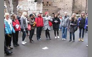En del av kören sjunger spontant vid Colosseum.FOTO: ELINA OLDHAMMER