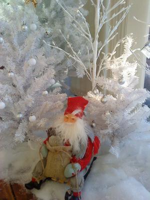Tomten är på väg i mitt vinterlandskap på vår inglasade altan på Öster Mälarstrand.