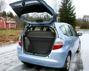 Bakluckan öppnar hungrigt och den ljuger inte. Den här lilla bilen är bra lastare med smarta lösningar.
