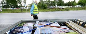 Så här såg det ut innan valet, när Moderaternas Calle Alsätra satte upp valaffischer på raksträckan ut mot Gustavsvik.