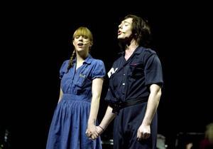 MÖTE. Polisen Don José, spelad av Alexander Oldberg, tillsammans med flickan från landet Micaëla, Linnea Åhlander.