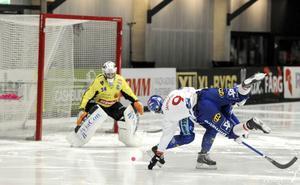 Simon Jansson får en flygtur i Sparbanken Lidköping Arena. Och Edsbyn hade bra med luft under de rödblå vingarna  den första kvartsfinalen.