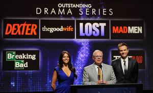 Skådespelarna Sofia Vergara, Joel McHale och ordförande för Televison academy John Shaffner (i mitten) tillkännager nomineringarna för bästa tv-serie.