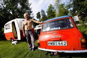 Besöksekipage. Stefan Liljenberg från Höör poserar framför sin semesterkombo; en mini Cooper och matchande husvagn. Stefan är på Power Meet för första gången och hade tur då han fick en av de sista husvagnsplatserna på Skantzö camping i Hallstahammar.