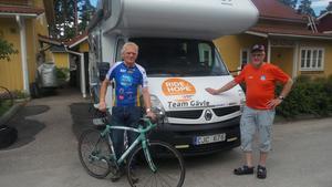Jan Fagerström och Tage Eriksson är cyklist och mekaniker och de ska ta sig från Prag till Varberg på en vecka.