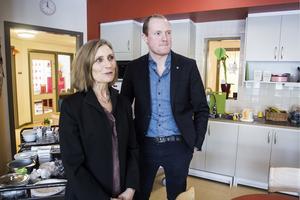 Annika Källgård och Niklas Daoson (S), i ett av köken på Sollidens förskola som har 108 barn.
