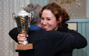 Glad damvinnare Ida Kielersztajn får grattiskram av domare Gunnar Sundell.