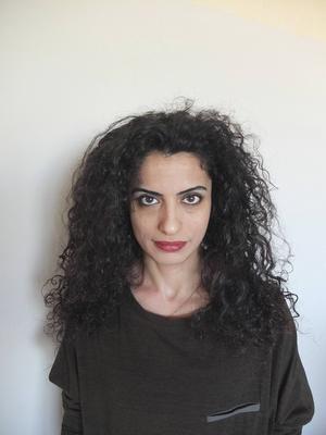 Arabisktalande skådespelaren Helen Aljanabi tar sig an det hemliga kuvertet med texten till