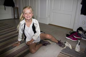 Stella sitter på golvet och tar på sig skorna. Snart börjar den första skoldagen.