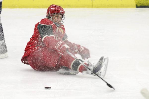 Ingrid Larsson åker i isen efter närkontakt med en Sandvikenspelare.