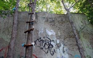 En hemmagjord repstege på muren in till paviljongen vittnar om intrång eller försök till intrång i fastigheten. Foto: Love Bergström