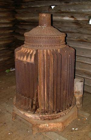 Den här kaminen, som nu förvaras  i Boddas bönhus, stod ursprungligen i Bodsjö kyrka och transporterades en gång med häst till Bodsjö från Uppsala.