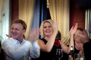 Socialdemokraternas Lena Baastad med Roger Rådström på valvakan i Örebro.