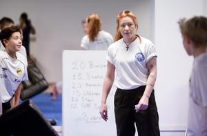 Dirigerar. Magdalena Eriksson instruerar VIK-grabbarna.