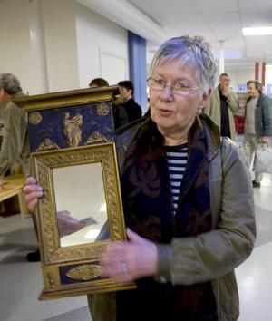 VÄRDEMINSKNING. Spegelglaset är bytt och de förgyllda partierna har bronserats. I originalskick kunde Anita Hedlunds 1800-talsspegel i empirestil varit värd uppåt 5 000 kronor, nu får det räcka med en tusenlapp, tyckte Arbetarbladets antikexpert.