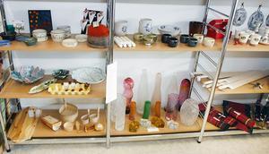 … hyllan här med produkter i keramik, trä, glas, tyg, kompletterat med  …