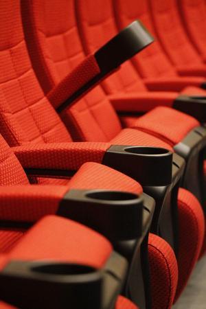 De nya stolarna är bredare och har mer benutrymme - och drickahållare.