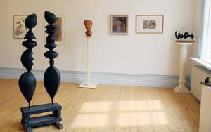 I det stora rummet visas skulpturer och målningar av Knut-Erik Lindberg och Wiveca Claeson-Lindberg. I förgrunden sklulpturmodellen Myrorna. I bakgrunden syns bland annat deras porträtt av varandra, målningen Knutte av Wiveca, och terrakottahuvudet Wiveca, av Knut-Erik.