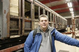 Ordförande Thomas Dahl. Tåget i bakgrunden är större än men likadan som en av sällskapets spårvagnar.