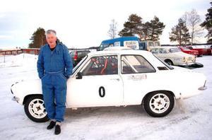 """""""Jag kör en nollbil som det kallas för. Det innebär att jag testkör banan och kollar så allt står rätt till"""", säger Bertil Edelkvist."""