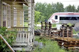 Riva eller rusta? Nu vill politikerna i Laxå få in förslag från medborgarna om vad som ska ske med den före detta stinsbostaden vid resecentrum.