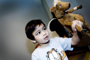 Mamma Mu, är det du? Meros Rahim, två år, plåstrade om Mamma Mu efter sagostunden på biblioteket i Sätra.